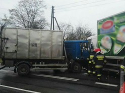 Zderzenie dwóch ciężarówek. Droga zablokowana