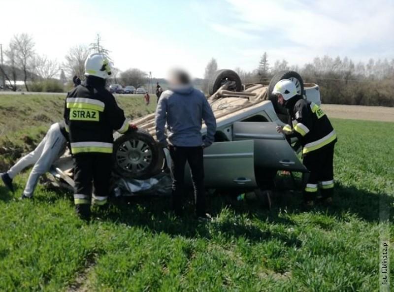 Opel zjechał do rowu idachował