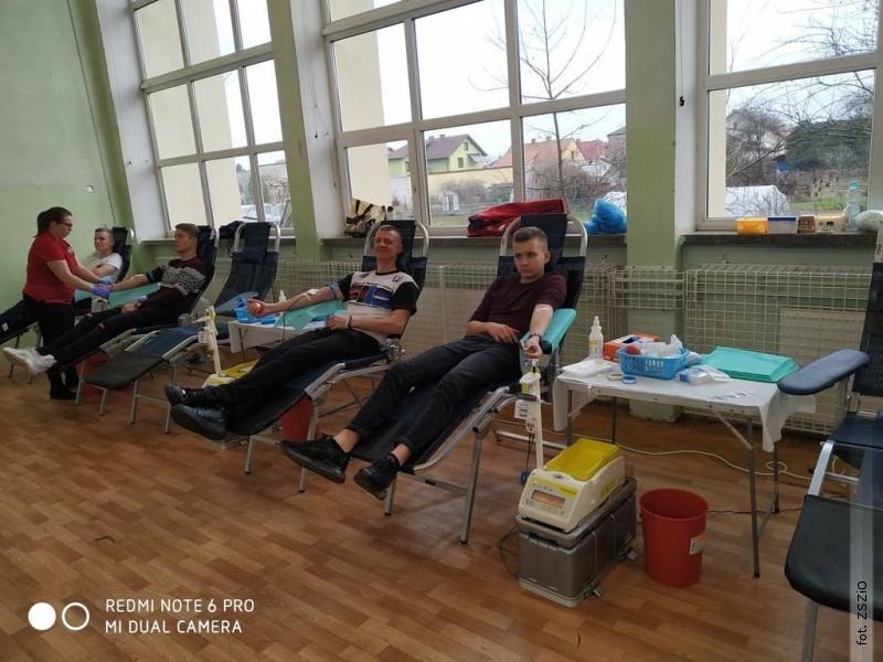 Uczniowie oddali krew dla chorego nauczyciela