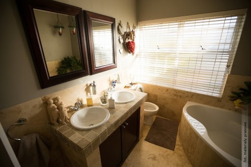Okno wnowoczesnej łazience - co zamiast klasycznej firanki?