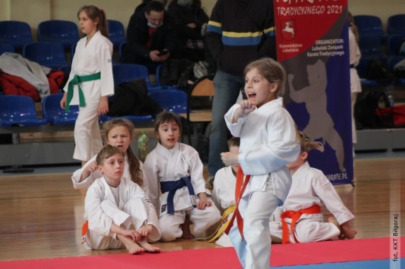 Młodzi karatecy na turnieju wTomaszowie Lubelskim