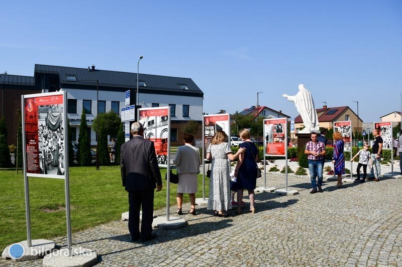 Przed kościołem pw. św. Jana Pawła II można oglądać wystawę poświęconą bł. kard. Wyszyńskiemu