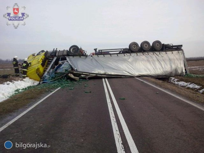 Ciężarówka przewróciła się na jezdnię