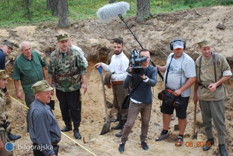 Ekipa telewizyjna wobozie partyzanckim pod Aleksandrowem