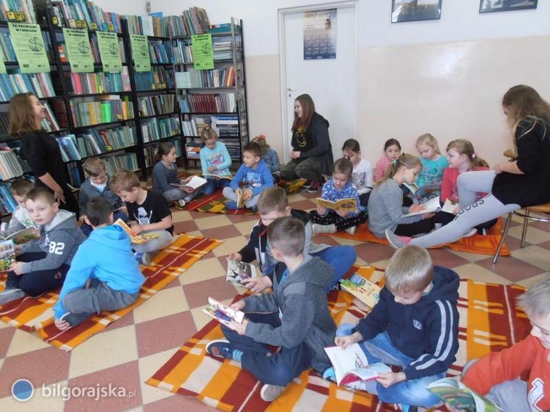 Dzieci wAleksandrowie rozpoczęły tworzenie własnej książki razem zMODELEM