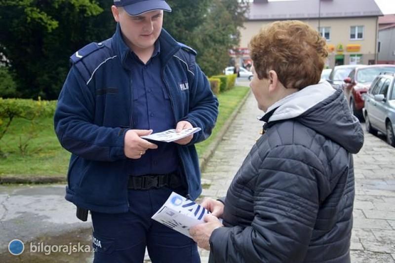 Policjanci rozdają ulotki