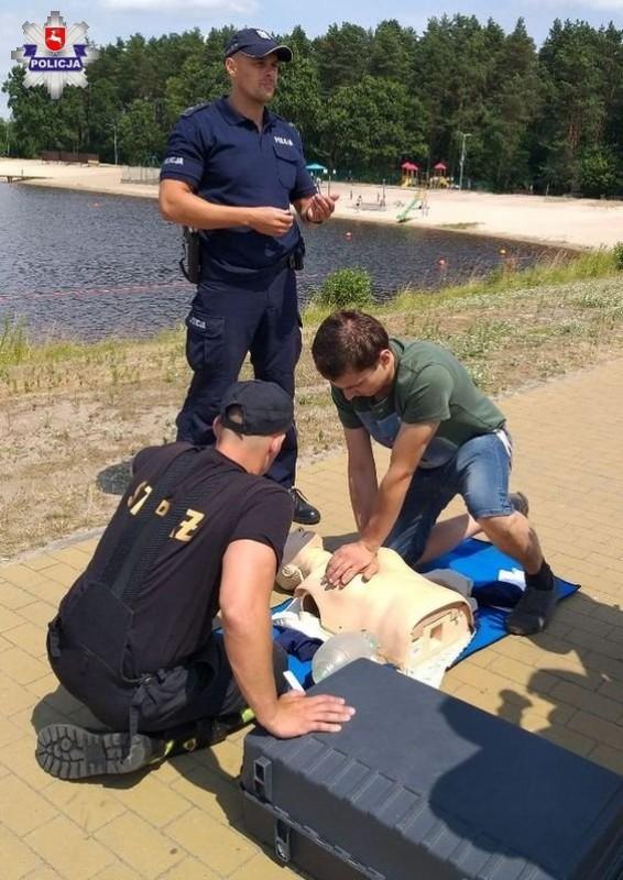 Policjanci istrażacy promują bezpieczeństwo nad wodą