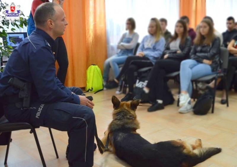 Pies policyjny u uczniów LO im. ONZ