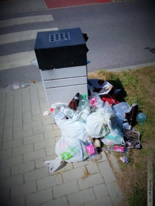 Władze apelują oprawidłowe postępowanie zodpadami