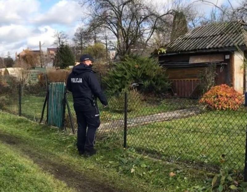 Policjanci sprawdzają miejsca, wktórych przebywają osoby bezdomne ipotrzebujące pomocy