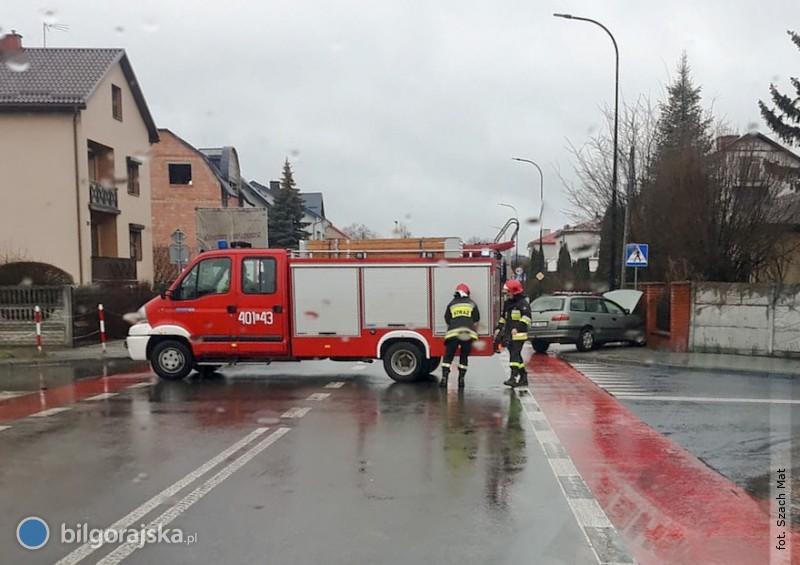Wypadek na ul. Długiej. Kierowca trafił do szpitala [AKTUALIZACJA]
