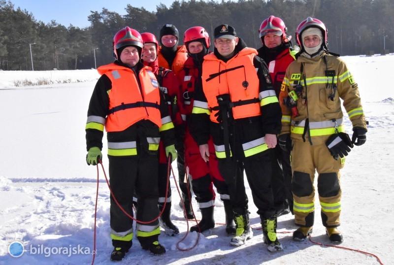 Strażacy ćwiczyli na zamarzniętym zalewie