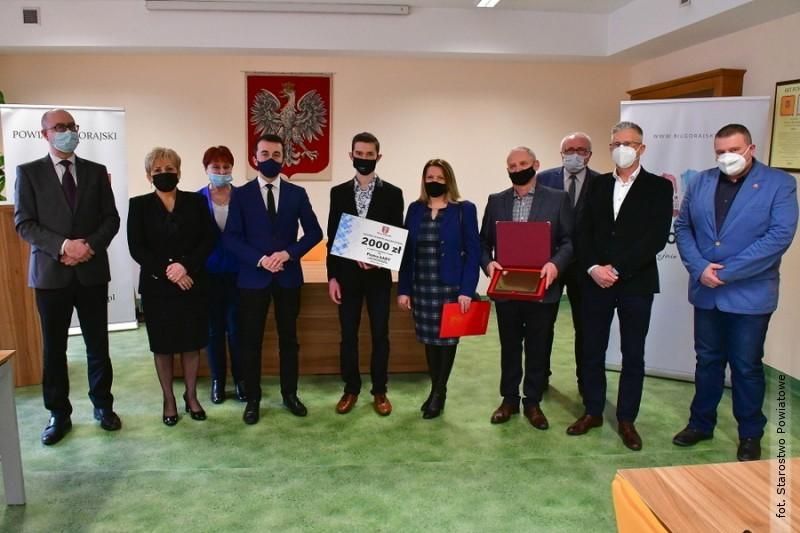 Władze powiatu doceniły Piotra Łabę