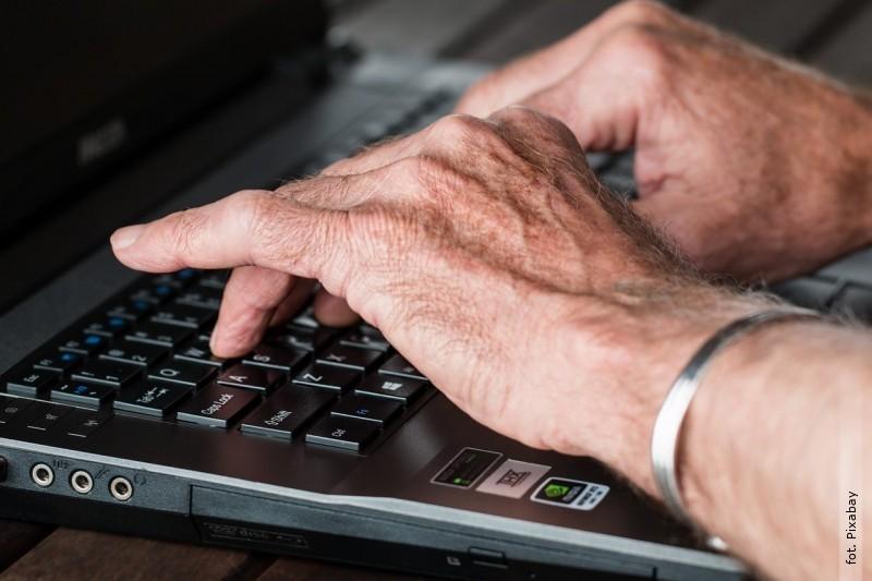 Cyfrowy senior otrzymuje pieniądze na konto