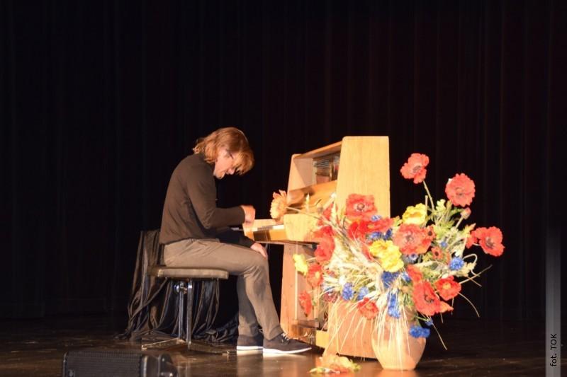 Pierwszy koncert pianistyczny na scenie TOK